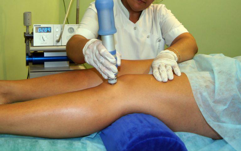 Как лечат боли в коленях