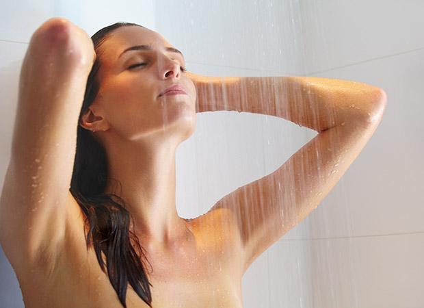 Женщины моются в душе