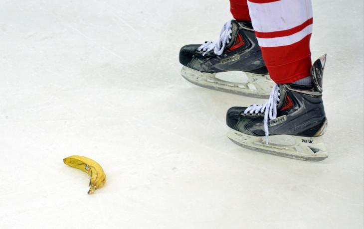 В российской столице болельщики вовремя матча бросили темнокожему хоккеисту банан