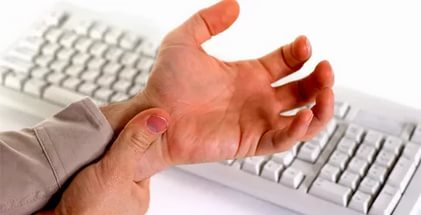 Болит сустав немеет палец руками