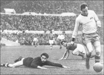 С юных лет Всеволод играл зимой...  В этот день родились.  Всеволод Михайлович БОБРОВ (1922 - 1.7.1979)...