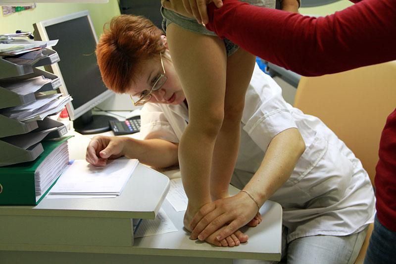 К какому врачу обращаться с плоскостопием