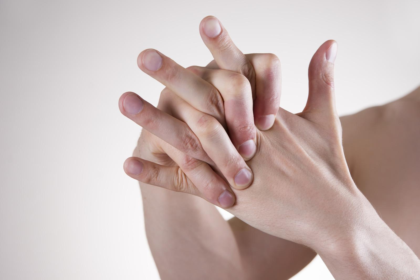 Вредно ли хрустеть пальцами: вред и польза от хруста
