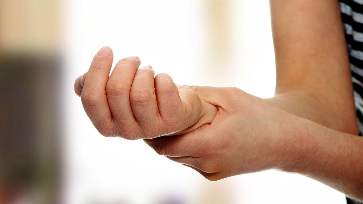Почему немеет правая рука от локтя до пальцев: причины и лечение онемения