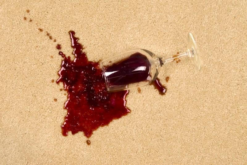 Как отстирать красное вино с белой одежды