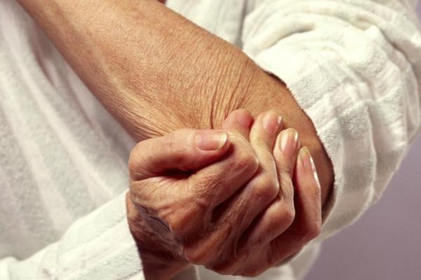 Почему часто болят суставы осенью и зимой?