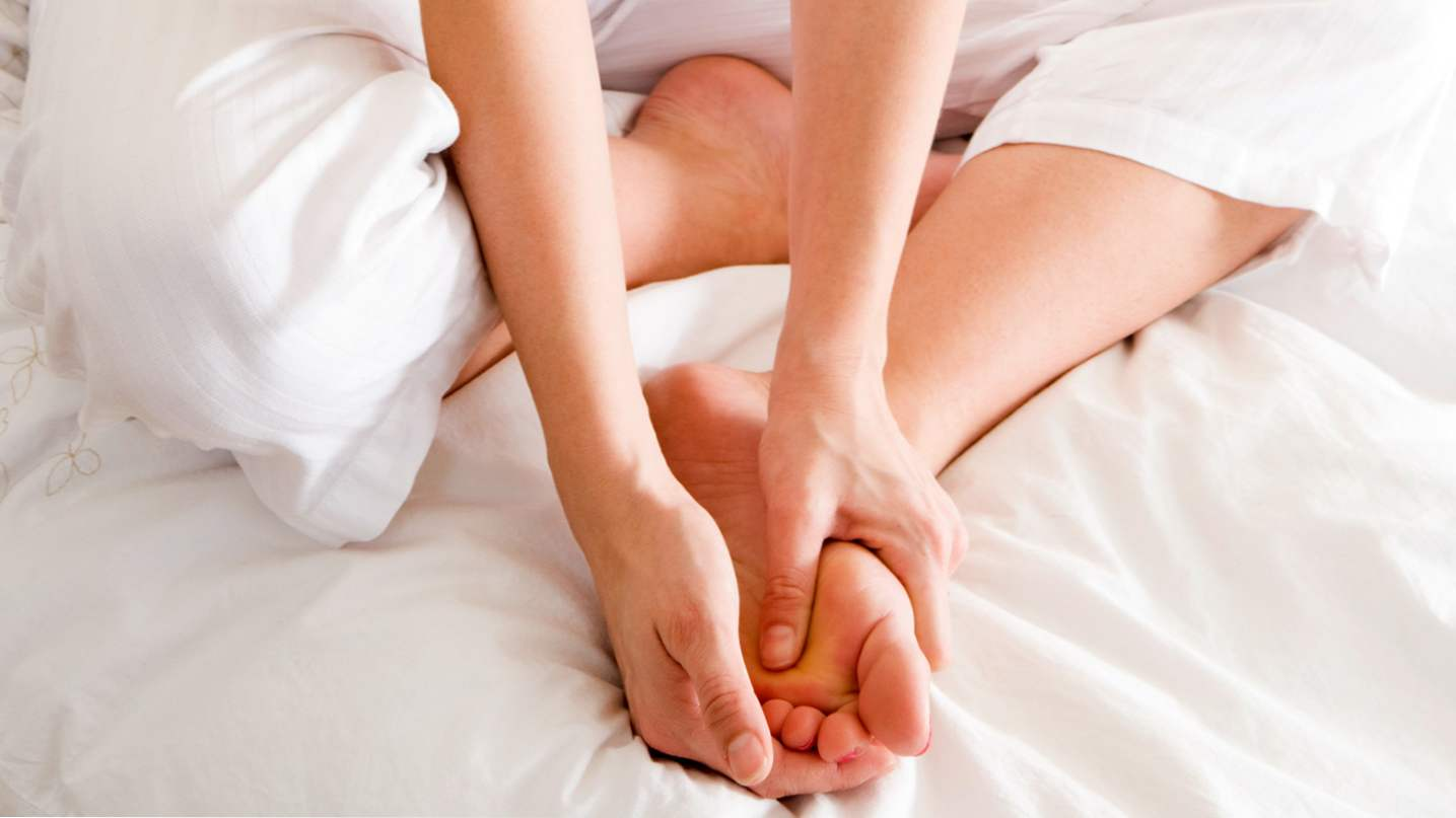 Почему сводит пальцы на ногах и что делать при судороге?