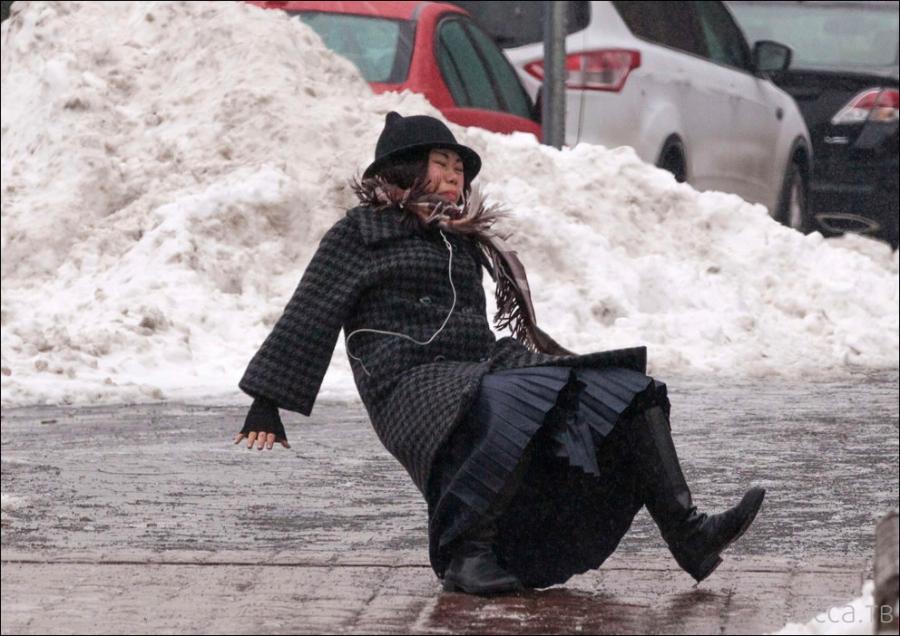 Как сделать так, чтобы кроссовки и ботинки не скользили на льду и снегу: советы и домашние хитрости