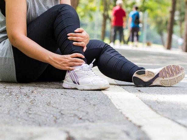 Боль ниже колена сбоку с наружной стороны и онемение стопы