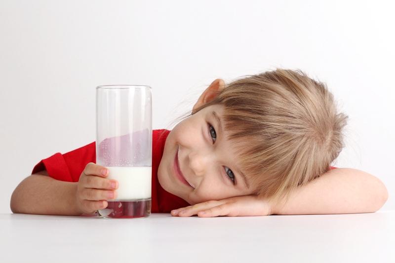 Как употребляют молоко с медом при простуде