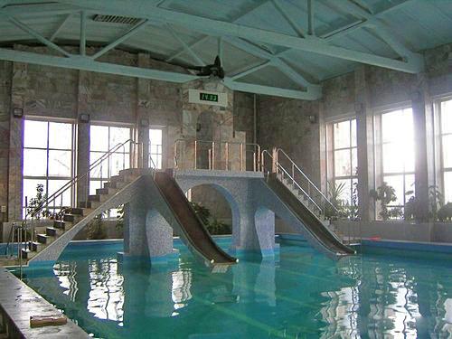 Общий вид бассейна с двумя аквагорками и мостиком